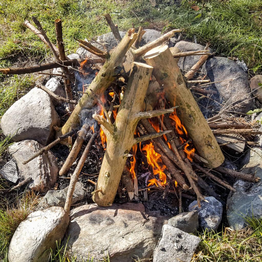 Vom kleinen zum stabilen und sicher brennenden Feuer.
